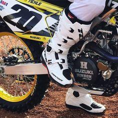 Meiltä löydät laajan valikoiman ajosaappaita ja kenkiä niin crossiin kuin katupyöräilyyn Tervetuloa tutustumaan! #motocross #motorcycling #tcx