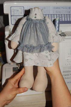 МАСТЕР КЛАСС: Как сшить одежду для игрушки (платье). Основные методы и приемы. Сегодня буду учить вас шить платье. Вот взялась я за написание этого МК и понимаю, что писать-то можно на эту тему очень и очень много. Всех секретов шитья я, конечно, не знаю. Знаю только несколько. Поэтому решено было построить этот МК по принципу предыдущего: я буду шить конкретное платье, рассказыва