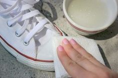 How to Clean White Converse. I love my Converse, I just wish that the rubber tip wasn't so wide, it makes my feet look huge! I don't think that I'd ever get white Converse but still good to know how to keep them clean! How To Clean White Converse, White Chucks, Outfit With White Converse, Clean Sneakers White, Converse Shoes Outfit, Womens White Converse, Converse Girls, White Shoes Outfit, Household Cleaning Tips