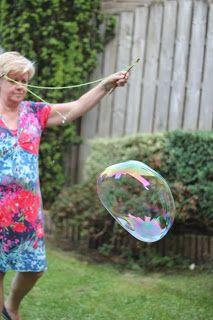 MizFlurry: New bubble bubble recipe; for big bubbles - circus - taktak decor Bubble Recipe, Giant Bubbles, Soap Bubbles, Reggio Emilia, Art Lessons, Cool Kids, Baby Kids, Crafts For Kids, Creative