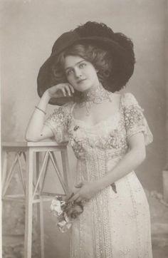 Me gustan mucho las postales de época, antiguas fotografías en las que parecen resplandecer rostros anónimos del pasado...últimamente he ...