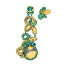 I gioielli di Dori Csengeri sono cuciti a mano con maestria e racchiudono delicati inserti con cabochon, pietre, cristalli, perle bohème, conchiglie e metallo.