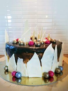 Tårta med vit choklad och lakritskolasås