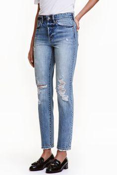 Vintage High Cropped Jeans: Jean 5 poches de longueur cheville en denim lavé avec détails fortement usés. Coupe flottante avec fond descendu. Taille haute et jambes droites terminées par bord à cru. Braguette boutonnée.