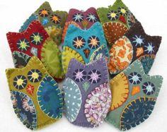 Felt crafts Vintage - Felt Owl Ornaments, Handmade felt owls in vintage retro colors Felt Owls, Felt Birds, Felt Animals, Handmade Felt, Handmade Ornaments, Wool Embroidery, Embroidery Patterns, Embroidery Stitches, Fabric Crafts