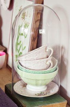 wat een leuk idee, mooie kopjes onder een stolp!