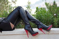 Bicolor Crotch High Heel Boots mit Plateau Absatz und Plateau in rot Eigene Kollektion - Miceli-Made in Italy Absatz: Roter High Heel Stiletto Absatz Höhe: 15 cm Plateau: 2 cm Farbe: Schwarz... #shoeshighheelsboots