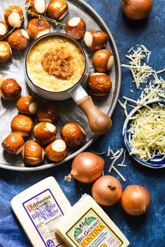 French Onion Cheese Fondue - An ooey gooey three-cheese fondue studded with deeply caramelized onions. Heavy Appetizers, Soup Appetizers, Appetizer Recipes, Cooking Cheese, Toasted Ravioli, Wisconsin Cheese, Tailgate Food, Tailgating, Butter Cheese