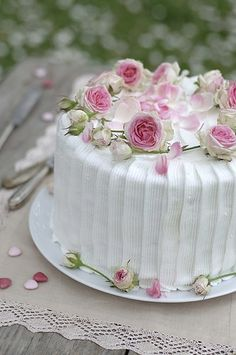 a perfect little wedding cake its just darling.  walking on sunshine:-)`