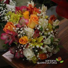 Buquê de noiva montado com muito carinho, simbolizando o amor, união e fidelidade. Desejamos que Deus abençoe todos os noivos. Flores usadas rosa (branca e laranja), astromelias (amarela, laranja e rosa), egypsófila e folhagens.