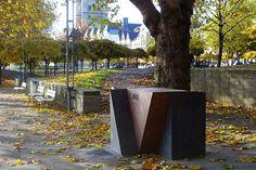 Keulen - Rijnboulevard. Op 24/8/1995 werd bij de Hohenzollernbrücke een monument onthuld ter nagedachtenis aan de omgekomen homoseksuele mannen en vrouwen in de Nazikampen. De driehoekige roze en grijze stelen symboliseren de roze driehoek die homo's verplicht moesten dragen. Deze plaats stond ooit bekend als de ontmoetingsplaats voor homo's. Inscriptie: TOD GESCHLAGEN - TOD GESCHWIEGEN DEN SCHWULEN UND LESBISCHEN OPFERN DES NATIONAL SOZIALISMUS.