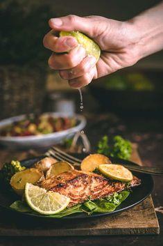 Losos, to je moja láska už dlhú dobu. Jemná rybka takmer vždy bez kostičiek v spojení s chutnou marinádou a plátkom citróna či limetky. K tomu letná salsa zo zopár ingrediencií a jednoduché a rýchle jedlo je na svete! Salmon Burgers, Sprouts, Salsa, Vegetarian, Vegetables, Ethnic Recipes, Videos, Instagram, Food