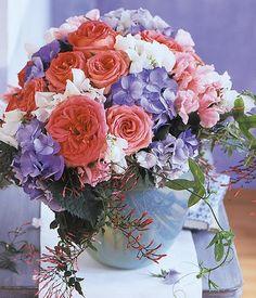 Sommerstrauß aus Rosen, Wicken und Hortensien