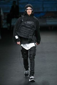 Mooyul fall-winter 2018 - seoul fashion week men's fashion l Male Fashion Trends, Fashion Killa, Fashion News, Fashion Show, Dark Fashion, Live Fashion, Urban Fashion, Mens Fashion, Steampunk Fashion