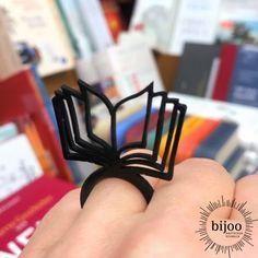 Bücher sind Unterhaltung und in ihnen ist das Wissen unserer Zeit gesammelt. Bist du eine Leseratte wie wir und liebst Bücher über alles? Dann brauchst du diesen schönen schwarzen Buch Ring! Entertaining, Knowledge, Book, Ring, Schmuck, Nice Asses