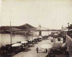 piac a pesti alsó rakparton a Fővám térnél, szemben a Szabadság (Ferenc József) híd, háttérben a Gellért-hegy, fenn a Citadella. A felvétel 1900 körül készült. A kép forrását kérjük így adja meg: Fortepan / Budapest Főváros Levéltára. Levéltári jelzet: HU.BFL.XV.19.d.1.08.132