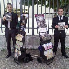 obrigado @joelalmeida1968  O André e o Filipe no testemunho público na Congregação Portela de Sacavém, Lisboa Nada dá mais alegria que ver os filhos crescerem na verdade - 2 João 4 #tj #tjportugal #testemunhasdejeova #testemunhopublico #carrinhos #carrinhosdepregacao #jworgportugal #jwportugal #publicwitnessing #carwitnessing #jwboys #tjjovens