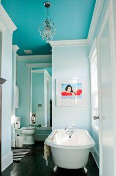 Peinture turquoise du plafond de la salle de bains  http://www.homelisty.com/idees-originales-salle-de-bains/