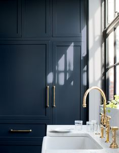 Benjamin Moore's Hale Navy on kitchen cabinets. Benjamin Moores Hale Navy on kitchen cabinets. Colores Benjamin Moore, Hale Navy Benjamin Moore, Benjamin Moore Paint, Benjamin Moore Colors, Benjamin Moore Kitchen, Navy Cabinets, Blue Kitchen Cabinets, Kitchen Cabinet Colors, Teal