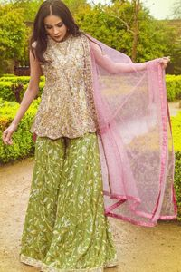 Wear this soft and supple hue richly decorated by shade pink with zardozi embroidered motifs and floral bootis all over the shirt. The outfit is finished by beautiful overlapping and scalloped hemline. It comes with an exquisite sharara with embroidered border and floral bootis all over to give it a regal look. The outfit is […] The post Pink Short Frock Dupatta – Parrot Green Sharara appeared first on Latest Pakistani Fashion 2020 - Formal Wear - Anarkali - Party Clothing - Pishwas.