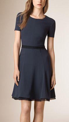 EUR 995.- Dunkles zinnblau Kleid mit ausgestelltem Rock und Seidenbesatz …