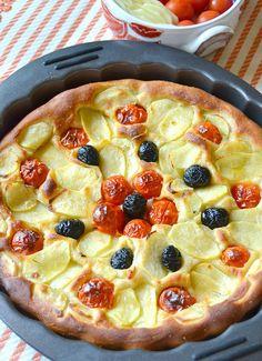 focaccia di patate e olio al rosmarino con pomodorini e olive nere
