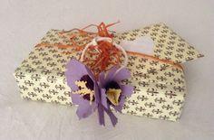 pacchetto con carta Varese giglio marrone e fiori con materiali da riciclo