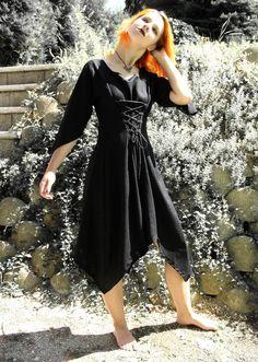 Temná+víla+Černé+polodlouhé+šaty+s+rukávy.+Střih+jako+pro+vílu.+Délka+šatů,+do+půli+lýtek,+rozparky+u+kolen.+Šnerování+vpředu+k+lepšímu+vytvarování+šatů+na+postavě+:-)+Šaty+šiji+na+přání.+Pokud+si+je+budete+přát,+objednejte+je+a+do+zpráv+k+objednávce+připište+následující+míry+:+výška+postavy+délka+šatů+obvod+hrudníku+obvod+pasu+obvod+bříška+délka+...