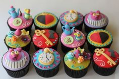 Alice in Wonderland Tea Party cupcakes. I love Alice in Wonderland :)) Disney Cupcakes, Tea Party Cupcakes, Themed Cupcakes, Wedding Cupcakes, Wedding Cake, Cupcakes Bonitos, Cupcakes Decorados, Alice In Wonderland Cupcakes, Alice In Wonderland Tea Party