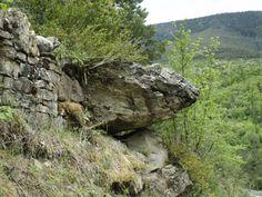 Posible menhir tumbado en el lateral de un sendero que va hacia el Barranco de las Comas del Infierno. Parece que se tumbo exprofeso para lograr hacer paso echándolo hacia la pendiente de un campo adyacente.