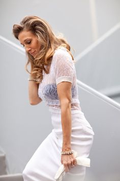 sarah jessica parker in a sexy white dress + matching bracelets Sarah Jessica Parker, Fashion Week Paris, Nyfw Street Style, Autumn Street Style, Carrie Bradshaw Style, Sexy White Dress, Fashion Models, Fashion Outfits, Paris Outfits