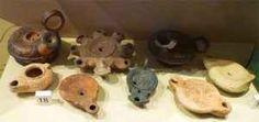 Antica Roma: le lucerne all'olio d'oliva L'olio d'oliva era preziosissimo nell'antichità, anche a Roma, dove veniva usato come alimento, per idratare e nutrire il corpo e per illuminare il buio della notte. Le lucerne romane infatti venivan #anticaroma #oliod'oliva #lucerne
