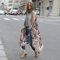 we have presented you different stylish ways to wear kimono to look glamorous. Let it be any outfit a kimono with it will make you look splendid. Boho Outfits, Street Style Outfits, Looks Street Style, Looks Style, Bohemian Outfit, 30 Outfits, Bohemian Fashion, Bohemian Kimono, Summer Outfits