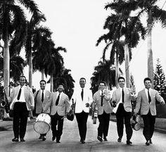 Renato Carosone and His Sextet in Havana in 1957. From the left: Gianni Tozzi, Tonino Grottola, Gegè Di Giacomo, Renato Carosone, Raf Montrasio, Piero Giorgetti and Aldo Pagani. (In this picture, they all hold wrong instruments, except drummer Gegè Di Giacomo.)