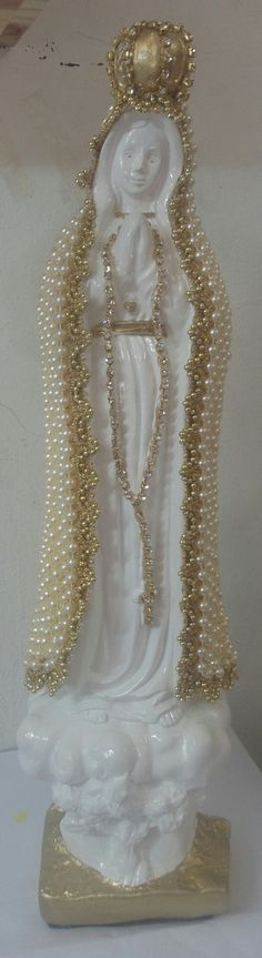 Nossa Senhora de Fátima com manto em pérolas, 37 cm de altura. Altar, Decoupage, Mother Dearest, Praying The Rosary, Wine Bottle Art, Arts And Crafts, Diy Crafts, Blessed Virgin Mary, Vintage Accessories