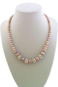 Colier Shambala cu Perle Lavanda    Un colier realizat din perle naturale roz-liliachiu de 2 dimensiuni, de 6-7 mm si 9-10 mm si piese shambala stralucitoare. Lungimea colierului este de 45 cm, dar se poate modifica la cerere.Detalii: http://cadourisiperle.ro/produse/colectia-magic/colier-shambala-cu-perle-lavanda