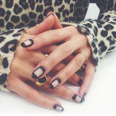 Santa mani 🎅 Tip for short nails this Christmas, parallel lines make your nails look longer 😉 Acrylic Nails, Gel Nails, Nail Polish, Manicures, Nail Ru, Space Nails, Asos, Hair Skin Nails, Almond Nails