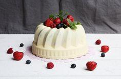 Anna: Midsommartårta med vit choklad, bärmousse och annat gott