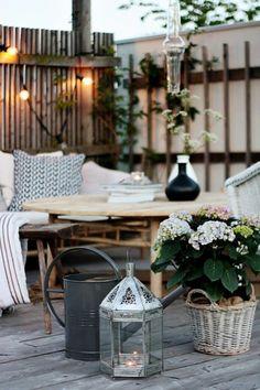 balkongestaltung skandinavisch blumen lichterkette pflanzen