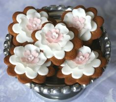 White Flower Cookies with Pink Centers Iced Cookies, Biscuit Cookies, Cute Cookies, No Bake Cookies, Sweets Recipes, Cookie Recipes, Adele, Bolacha Cookies, Flower Sugar Cookies