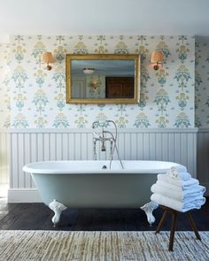 Granny Chic Interior style by Soho Farmhouse bathroom. Patterned wallpapers, fabric lamps and wooden floors. Room Interior Design, Interior Design Inspiration, Interior Styling, Style Blog, Soho Farmhouse, Modern Farmhouse, Mad About The House, Country Interior, Soho House