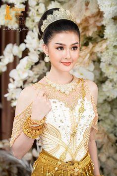 Thai Wedding Dress, Khmer Wedding, Wedding Dresses, Wedding Outfits, Wedding Couple Poses Photography, Photography Women, Traditional Wedding, Traditional Dresses, Beautiful Asian Girls