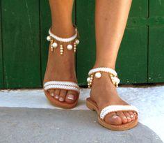 Sandali di cuoio fatti a mano su ordinazione.  Sposa, sandali da sposa spiaggia bianco, perle Sandali, sandalo greco, a piedi nudi sandalo, scarpe in vera pelle, scarpe estive  Questo sandalo in pelle è realizzati con perle e nastro bianco, perfetto per la sposa! Fatto a mano da 100% reale forte in pelle, sandali greco! Questestate è tua! Essere unico con questo splendido sandalo di pelle autentico Delos. * Si può indossare questo sandalo tutto il giorno. * Possiamo fare questo in qualsiasi…