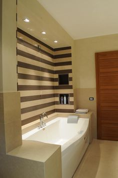 Bagno in Wenghè e Beige d ' Algerie, due pietre naturali che rendono questo spazio caldo ed elegante. #MarmiVezzoli #Bathroom #bagni #interiordesign #eleganza #pietranaturale #arredamentointerno #bellezza #moderno #interno #arredamento #design