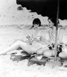 this is how to to do vintage hollywood beach belle glam alice Louise Brooks has tea on the beach with a pal Louise Brooks, Vintage Glamour, Vintage Beauty, Vintage Ladies, Vintage Soul, Silent Film Stars, Movie Stars, Vintage Hollywood, Classic Hollywood