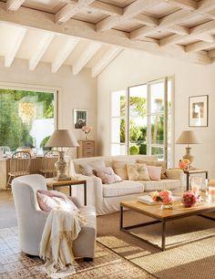 Теплый семейный интерьер испанского домика