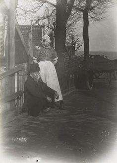 Man en vrouw in Volendammer dracht. 1915 Beiden zijn gekleed in werkdracht. #NoordHolland #Volendam