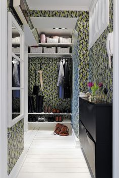 my scandinavian home: Gothenburg apartment with a touch of modern-romantic wallpaper Hallway Wallpaper, Modern Wallpaper, Amazing Wallpaper, Walk In Wardrobe, Walk In Closet, White Painted Floors, Movie Bedroom, Casa Clean, Ikea Shoe