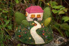 """""""The flower hill""""- figurine décorative maison sur la colline, art textile -grand…"""