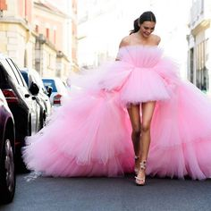 Solange Smith wearing Giambattista valli haute couture in the street of Paris for Harper's BAZAAR Couture Fashion, Fashion Show, Woman Fashion, Fashion Rings, Fashion Fashion, Photo Glamour, Easy Style, Pink Dress, Dress Up